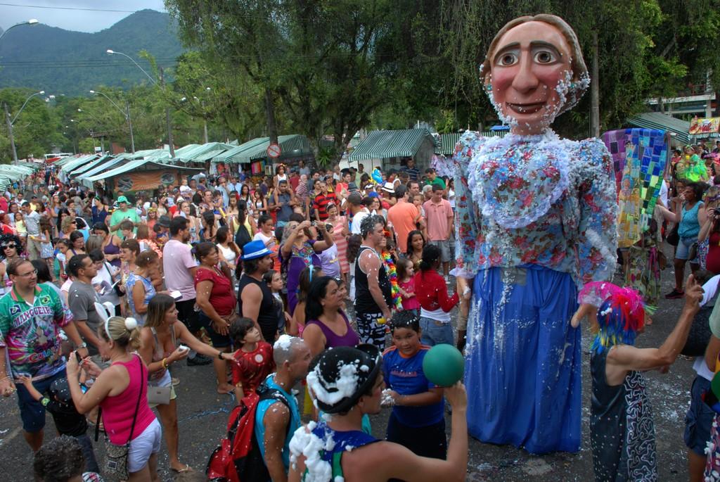 Foliões se divertem com o Bloco Dona Therezinha, na Feirinha de Teresópolis, no Alto