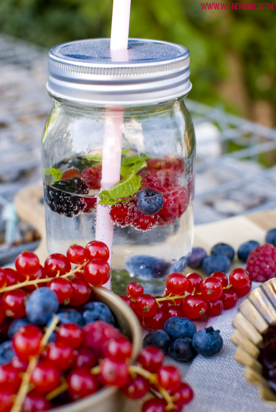 """Rødgrød med flød"" - Rote Grütze mit Sahne / Danish red berry jelly with cream [wienerbroed.com]"