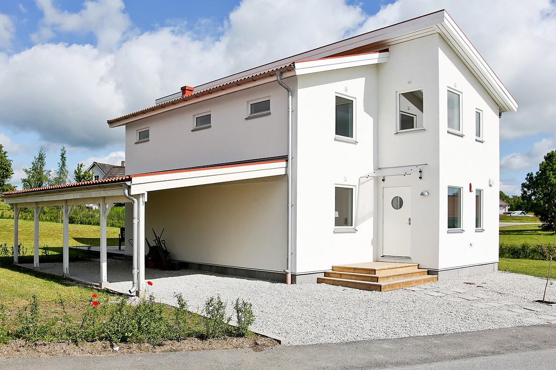 Una casa simple por fuera pero muy hermosa por dentro for Casas modernas acogedoras
