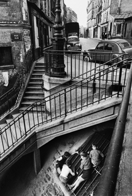 http://www.faciepopuli.com/post/132791423304/willy-ronis-au-coin-des-rues-piat-et-vilin-sur