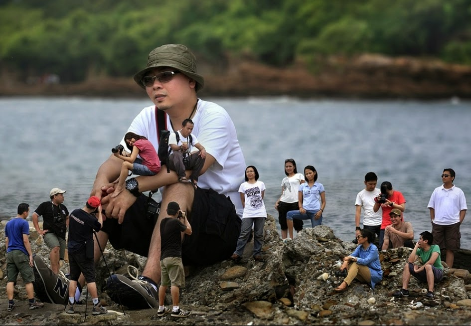 03-Ari-Mahardhika-Photographs-of-Multi-Mini-Me-Coming-to-the-Rescue-www-designstack-co
