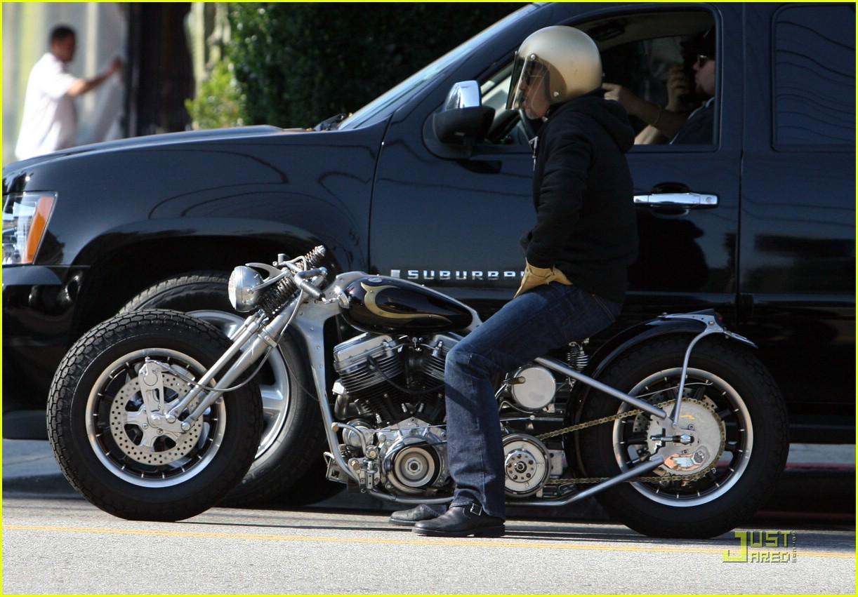 http://1.bp.blogspot.com/-UJ7zgB-Q198/TiJQMPDGDII/AAAAAAAAACs/-CMqN0PeJvI/s1600/brad-pitt-motorcycle-helmet-02.jpg