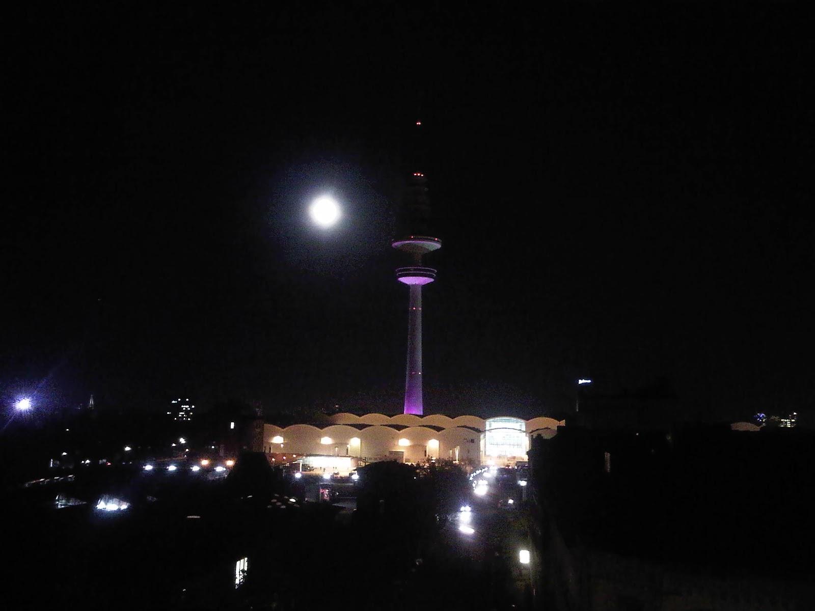 Fernsehturm Hamburg mit Vollmond