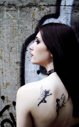 Duas belas tatuagem de fada em tons de preto