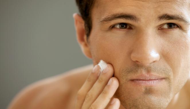 Produk pemutih wajah pria