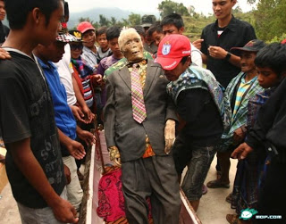 2013 05 17 220914 Upacara Bongkar Kubur Untuk Mengganti Pakain Mayat