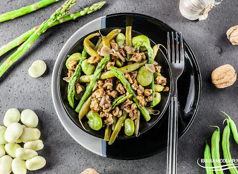 Sałatka z bobem, fasolką i szparagami w orzechowym dressingu