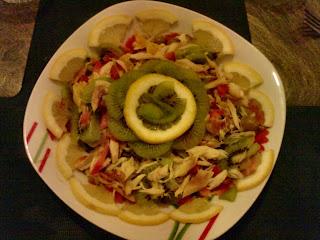 Egzotyczna sałatka z rybą wędzoną i kiwi