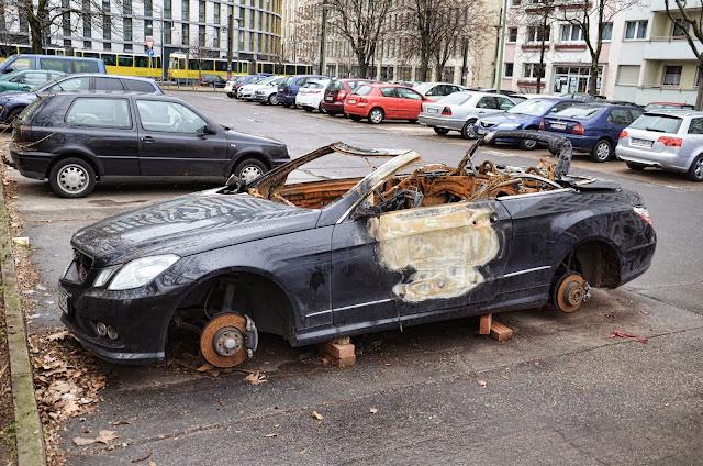 Baustelle Otto-Braun-Straße / Mollstraße, 10178 Berlin, 02.01.2014, Ausgebranntes Auto
