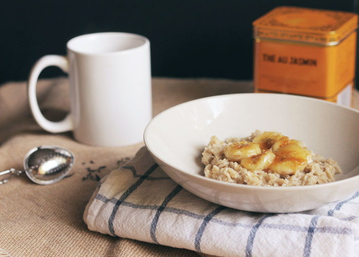 oatmeal made with tea and caramelized bananas