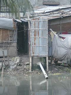 Letrina en Bangladesh vierte a un río