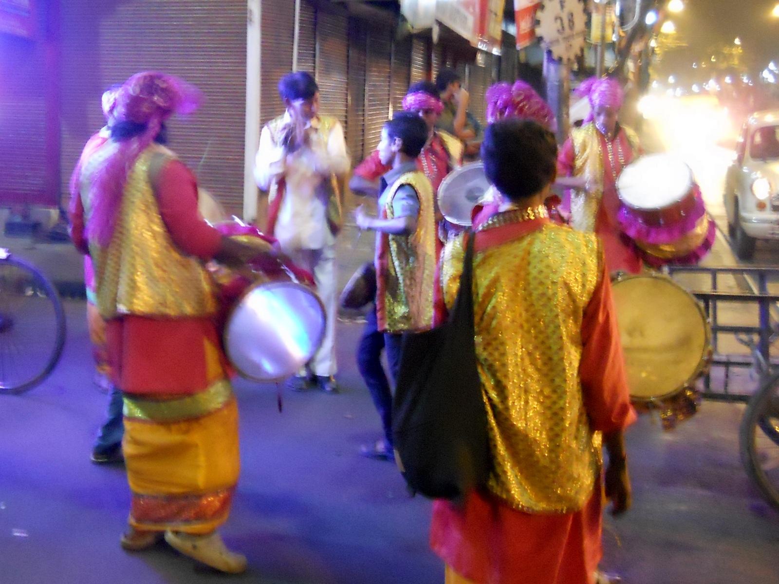Индийский мальчик танцует на свадьбе