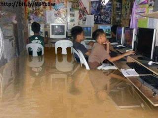 Gambar anak asik main Banjir Jakarta 2013