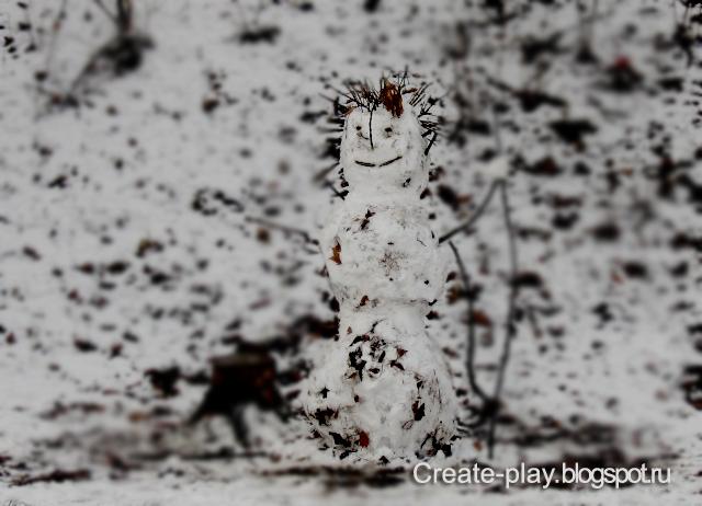 Снеговик листья и снег