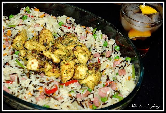 Pinchitos morunos en la sarten con arroz salvaje