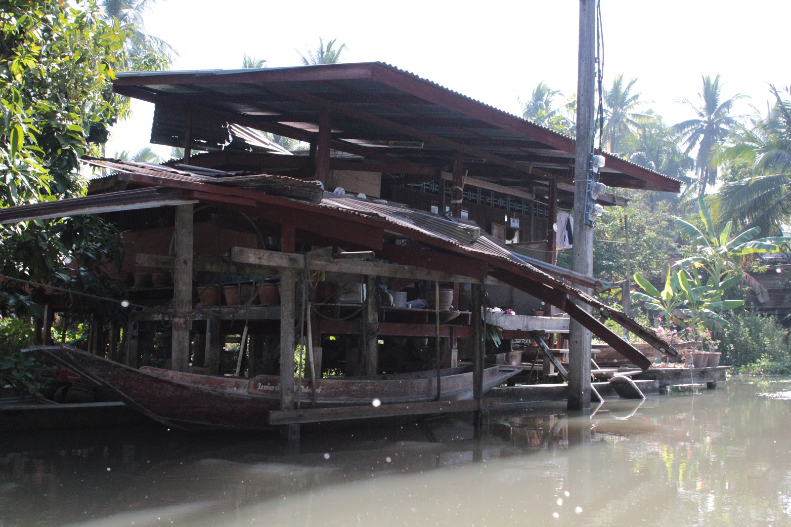 Floating Car Garage : Damnoen saduak floating market ratchaburi