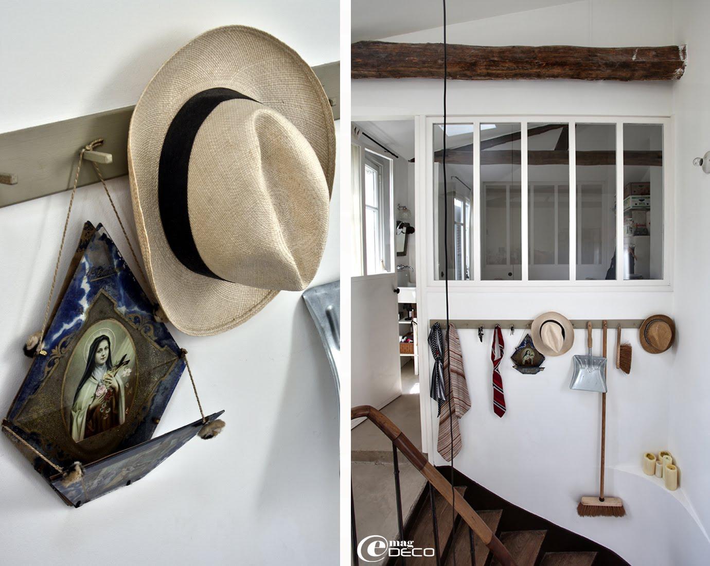 Dans une cage d'escalier, une longue patère en bois inspirée du style minimaliste et fonctionnel de la communauté des Shakers