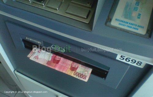Gambar Ambil Uang ATM BCA - Lubang Uang ATM BCA