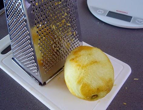 Elaboración de la mermelada de limón: rallamos las pieles