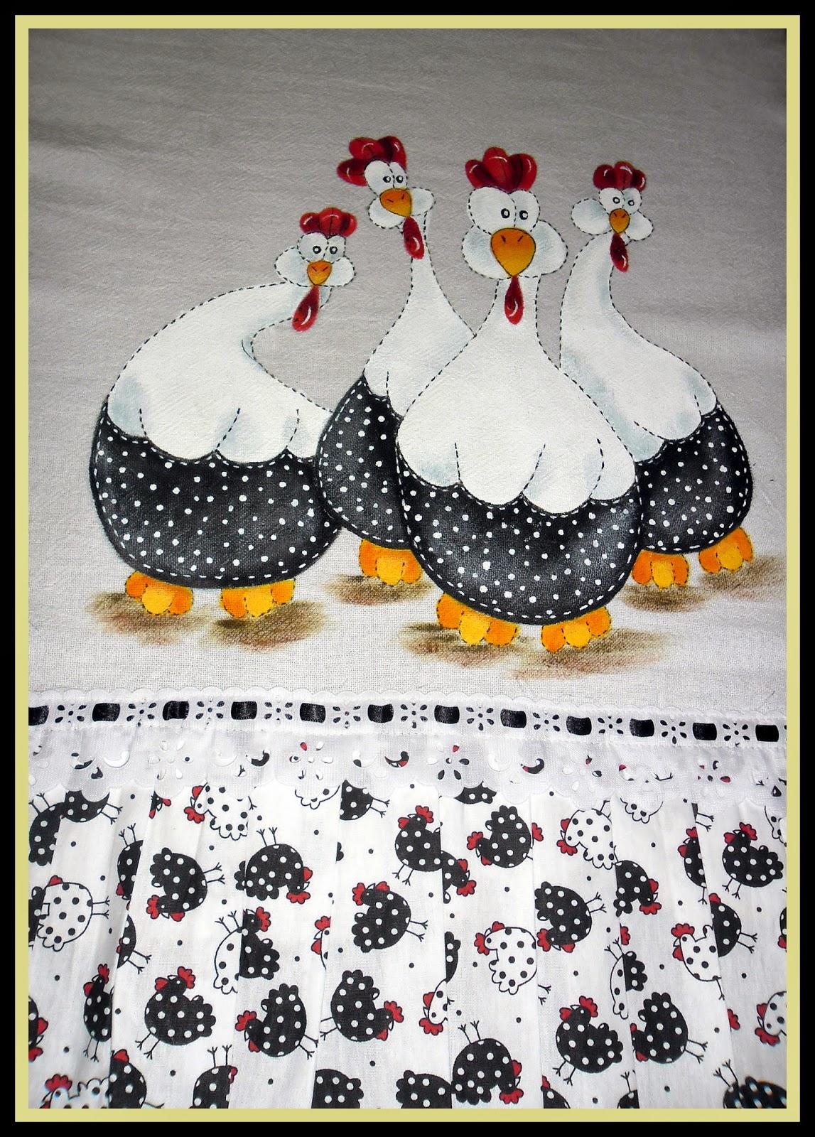 Pano de prato com pintura de galinhas dángola, técnica brilho seco, barrado de tecido galinhas.