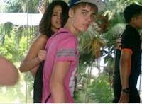 JUSTIN BIEBER TIBA DI BANDARA SOEKARNO HATTA JAKARTA, Justin Bieber Gandeng Selena Gomez