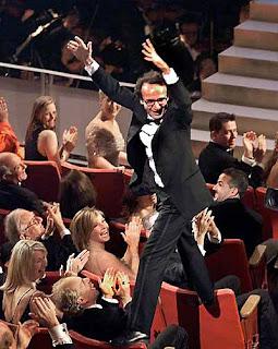 Benigni vai à loucura ao ouvir seu nome anunciado por Sophia Loren como vencedor na categoria de Melhor Filme Estrangeiro.