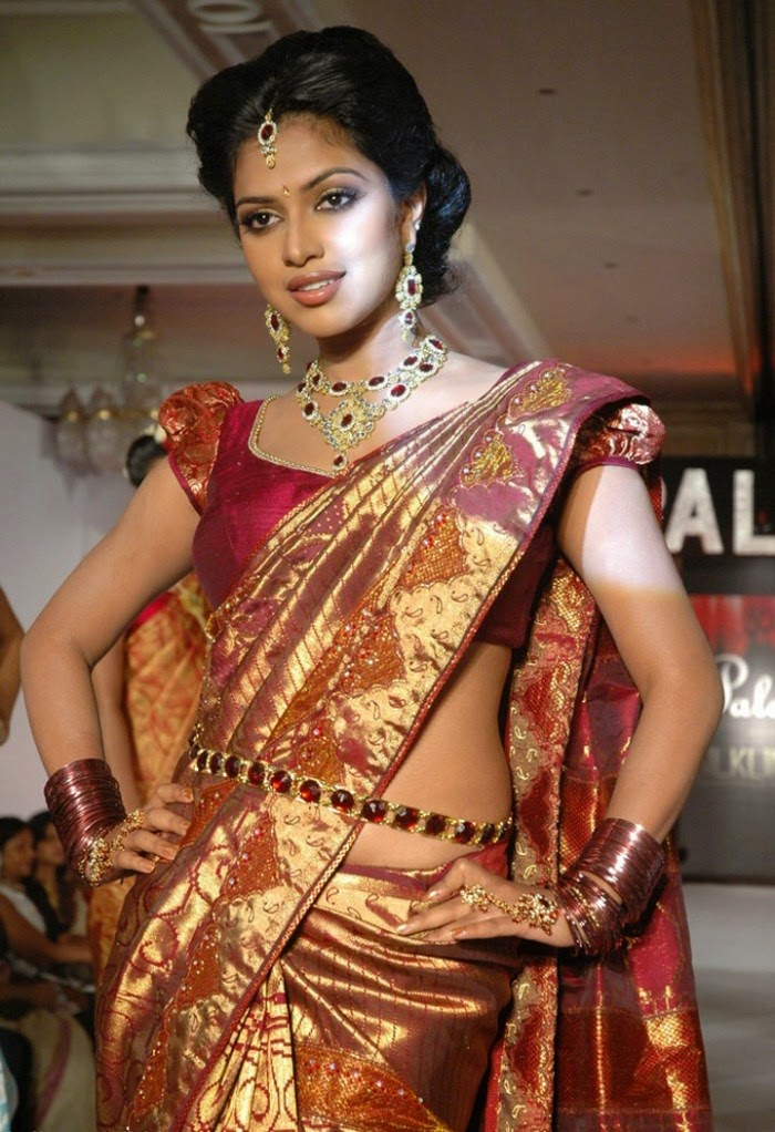 heavy saree with light jewellery