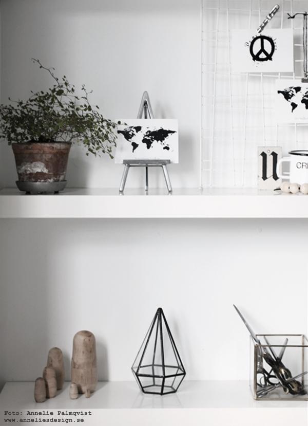 staffli, stafflier av metall, världskarta, vykort, svartvitt, svartvita, kort, svart och vitt, annelies design & interior, hylla, vitt, vit, vtia, inredningsdetaljer, posters, konsttryck, karta, kartor, inredning,