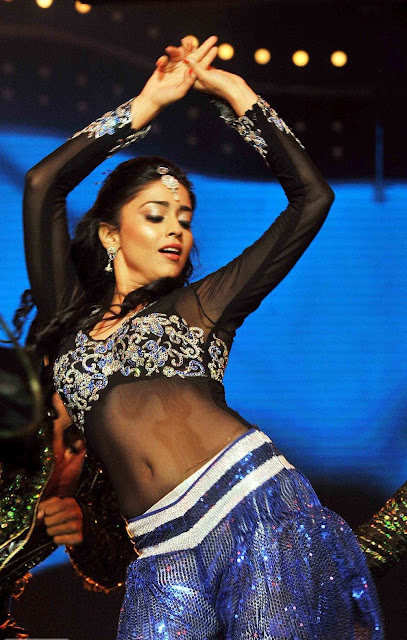 Shriya Saran Amazing Dance Show Photos