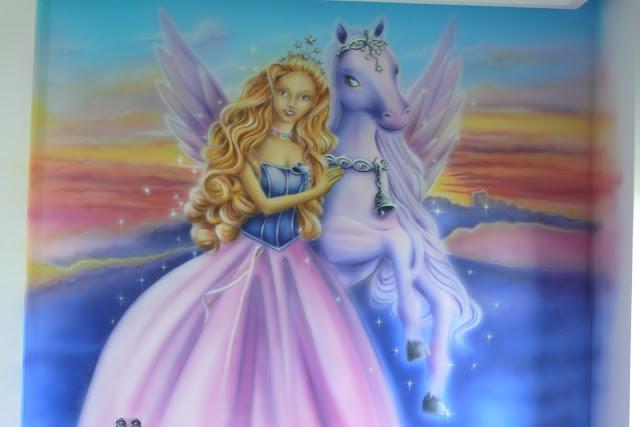Malowanie kolorowego obrazu na ścianie w pokoju dziewczynki przedstawiającego wizerunek lalkę Barbi