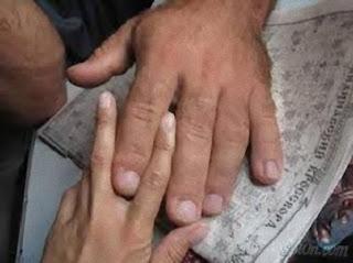 Denis Cyplenkov casse des noix avec ses doigts