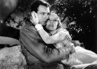 Fotograma de la película A Farewell to Arms (Adiós a las armas). Aparece Gary Cooper y Helen Hayes abrazados