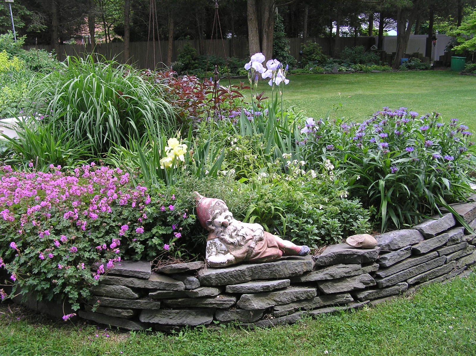 Old country gardens raised beds edging materials for Rock garden bed ideas