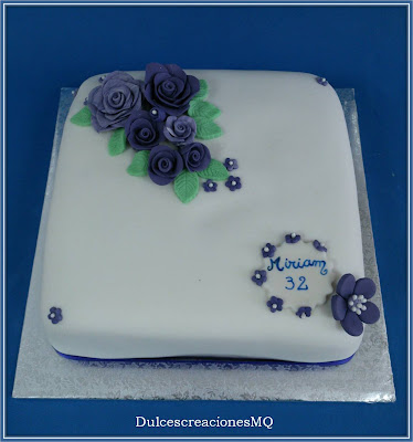 Tarta Rosas Violeta Pastel Cumpleaños Aniversario Mujer Adolescente Buttercream Chocolate Blanco Victoria Sponge Cake Esponjoso Dulce Femenino