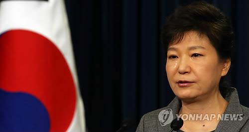 La presidenta surcoreana Park Geun-hye llorando por el ferri Sewol