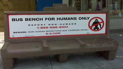 Реклама фильма «район №9» - автобусная остановка только для людей