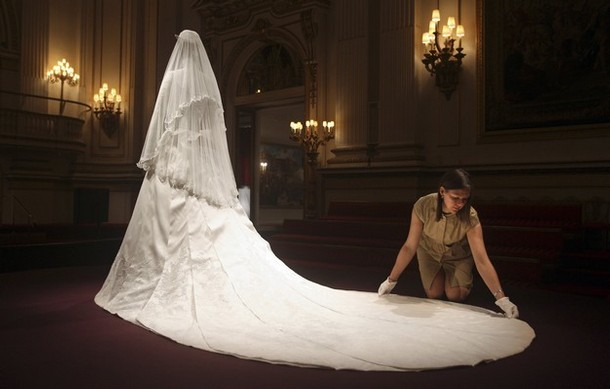 Duchess Kate: Half a million expected to see Kate\'s wedding dress ...