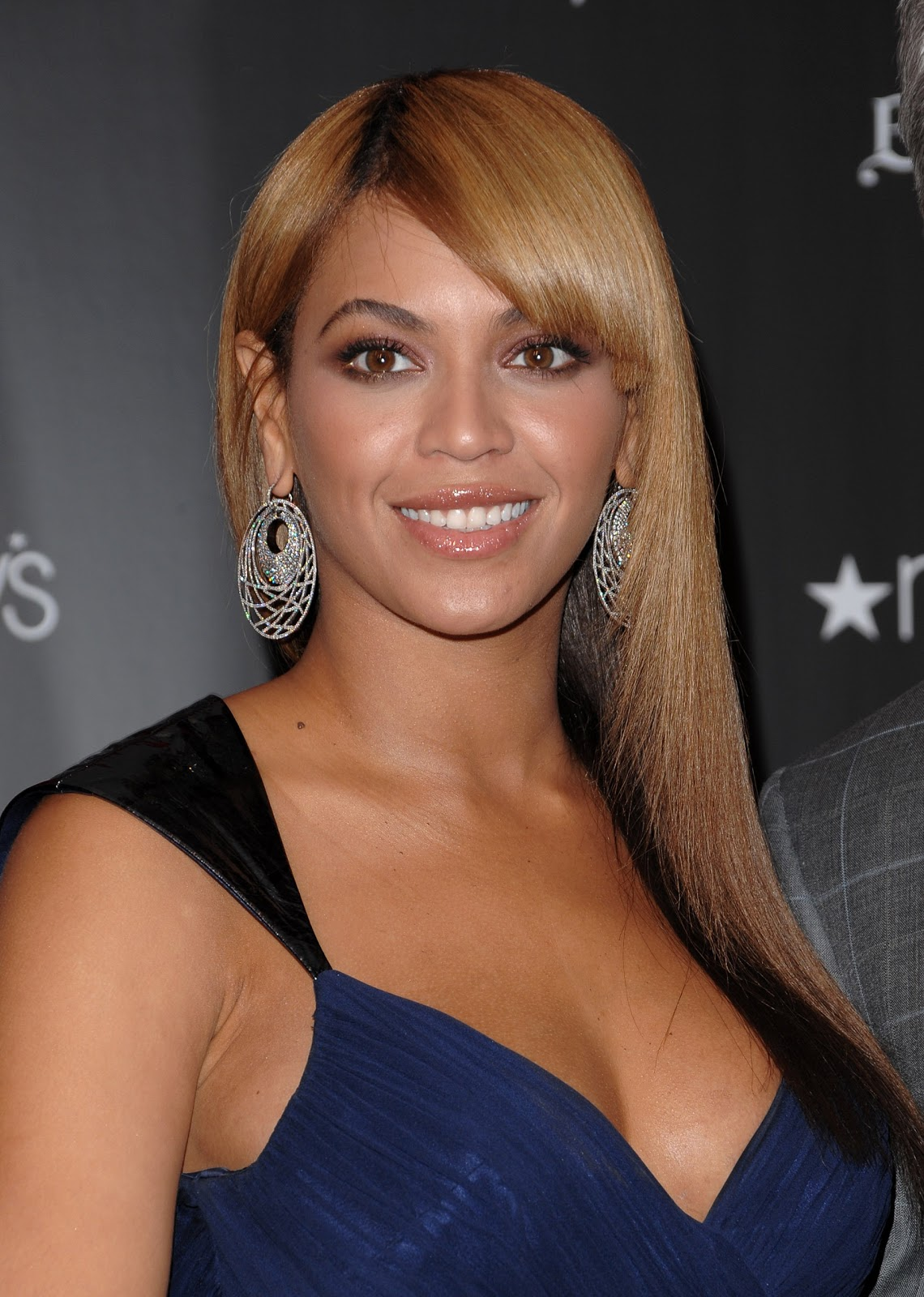 http://1.bp.blogspot.com/-URJ31k2U-8Y/T6ntoqGVGWI/AAAAAAAAAU0/0-RdfWi_K6w/s1600/86712445473_Celebutopia_Beyonce_Knowles_at_Macy9s_in_Herald_Square_to_promote_her_new_fragrance_Heat_in_New_York_City_03_122_170lo.jpg