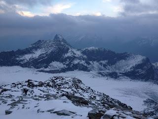 Rückblick vom Grat auf den Hohlaubgletscher; der Gipfel im Mittelgrund ist der Egginer