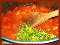 Preparando o molho de camarão
