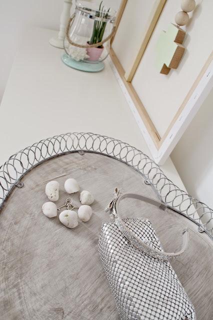 Anischt der Deko von oben Herztablett mit GlitzerTasche und kleinen weißen Steinen