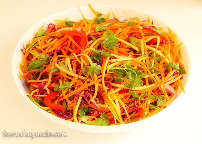 Салат с цукини в азиатском стиле с кунжутной имбирной заправкой.