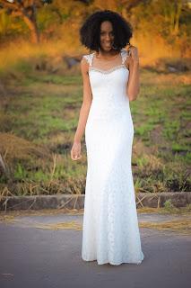mulher negra com roupa branca