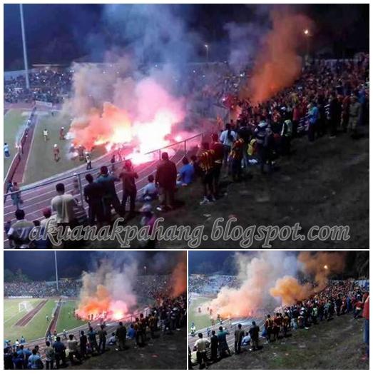 Panas Penyokong Selangor bakar suar di Stadium Temerloh 9 Gambar