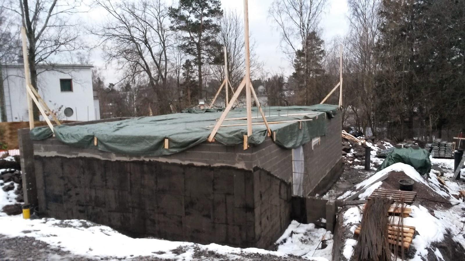 Talo Punainen ensimmäisen kerroksen ontelolaattavalut kuivumassa