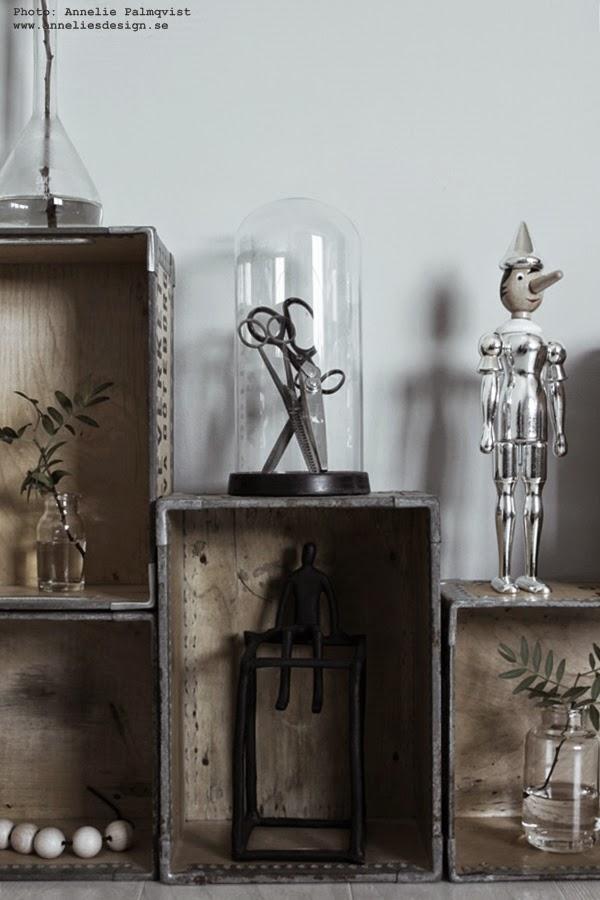 webshop, webbutik, silverpinocchio, pinocchio av silver, inredning, inredningsblogg, lådvägg, vägg av lådor, trälåda, trälådor, hylla, glaskupa, glaskupor
