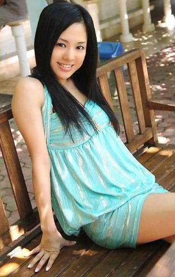 Sora Aoi posando sentada en un banco
