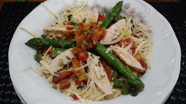 Polenta mole ao molho pomodoro com aspargos e frango glúten free low carb