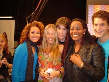 Equipe de modelos da KMM com a apresentadora Adriane Galisteu