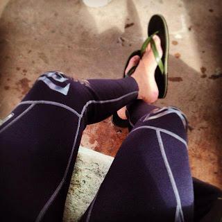 Homem de chinelo de dedo - Pés Masculinos - Male Feet
